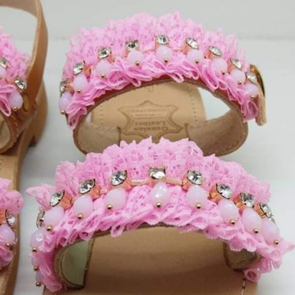 Παιδικα δερματινα σανδαλια ροζ κουφετο με δαντελα και τρεσα με κρεμαστα κρυσταλλα σε λευκο και ροζ χρωμα